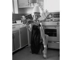 1art1 44549 Lifestyle - Moderne Frau In Der Küche Poster Kunstdruck 30 x 24 cm