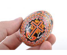 Handgemachtes Designer Osterei mit Bemalung von Kerze Weidenzweigen und Kreuz