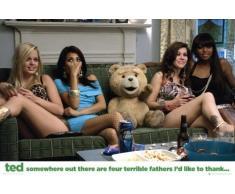 1art1 Ted - Couch, Dank An Die Vier Schrecklichen Väter Poster (91 x 61cm)