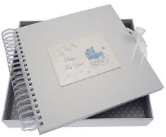 White Cotton Cards Baby s First Year Card/Memory Book (blau Kinderwagen und Wimpelkette)
